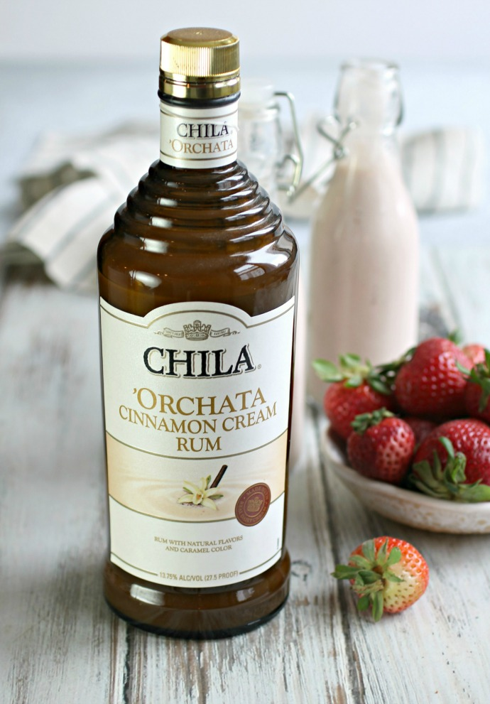 Recipe for a rum cocktail flavored with banana, strawberry and cinnamon.