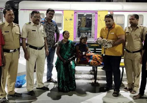 """""""एक रुपया क्लिनिक"""" पुन्हा बचावासाठी """", मुंबई रेल्वे स्थानकात महिलेचा जन्म/""""One-Rupee Clinic"""" To Rescue Again"""", Woman Gives Birth At Mumbai Rail Station"""
