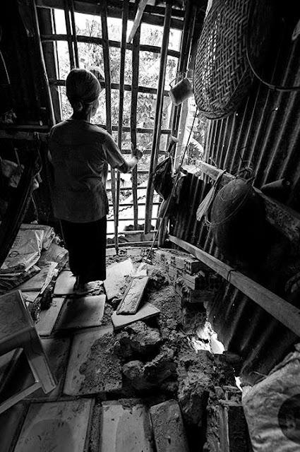 Bà NGuyễn Thị Kiệp 72 tuổi hốt hoảng trong căn nhà lá lụp sụp. Nền nhà bằng gạch tàu bật tung vì cây trốc gốc.