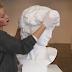 Creía Que Era Una Escultura Normal ¿Pero Al Moverle El Cabello? No Pude Creer Lo Que Vi