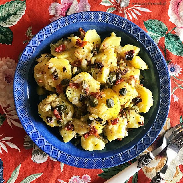 Ziemniaki z suszonymi pomidorami i kaparami