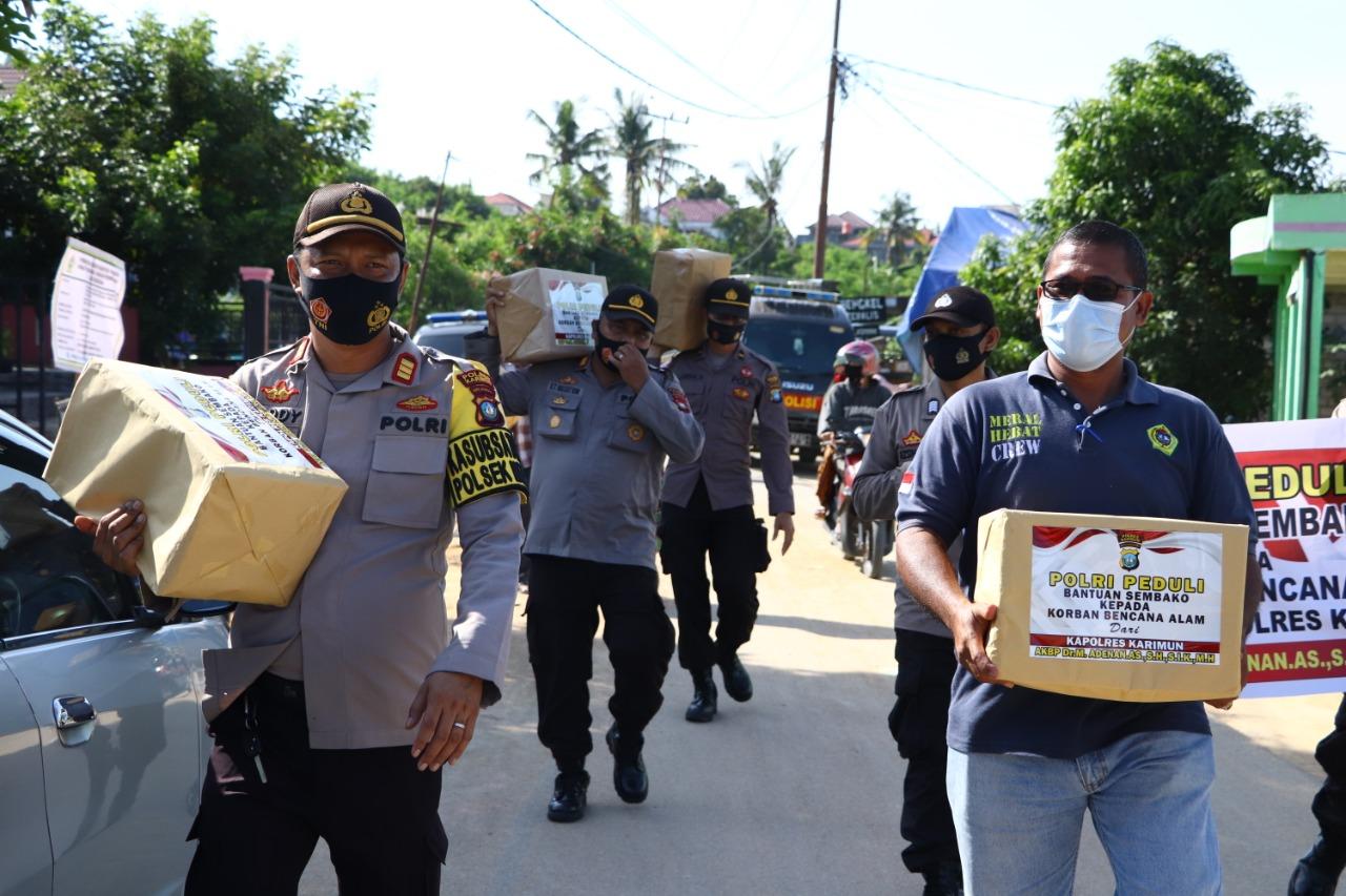 Kapolres Karimun Menyalurkan Bantuan Sembako Kepada Korban Bencana Alam Angin Puting Beliung