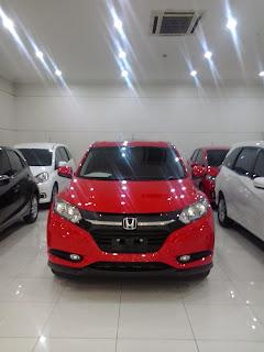 Honda HRV Berwarna merah di dealer mobil honda pangkalan