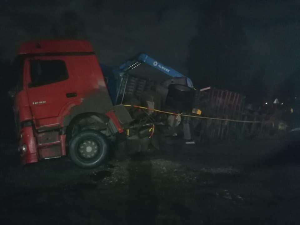 Avarējušās kravas mašīnas vilcējs un piekabe, kura apgāzās uz sāniem