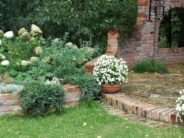 małą architektura z cegły, cegła w ogrodzie