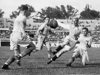 """Al tiro contro il First Vienna al Prater Stadion. Al centro, sullo sfondo, accorre Karl Rainer, formidabile terzino dei giallo-blu del """"Vienna"""" e del Wunderteam."""