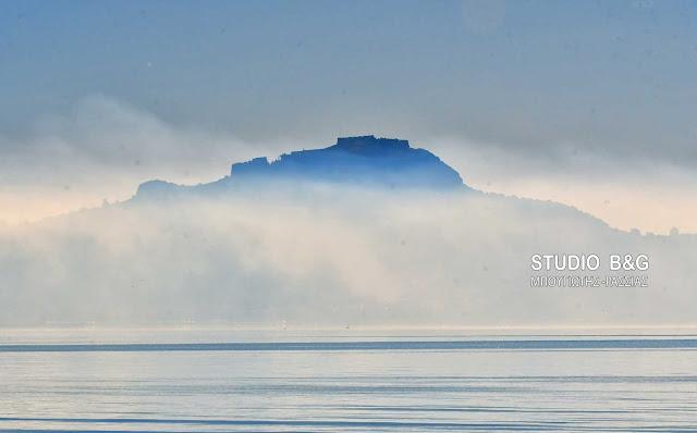Η φωτογραφία της ημέρας: Η πρωινή ομίχλη σκέπασε το Παλαμήδι