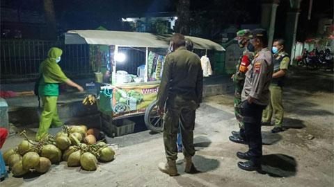 Petugas Gabungan Borong Dagangan PKL saat Patroli PPKM Darurat