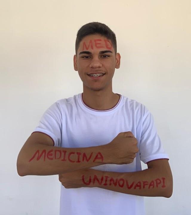 Elesbão Veloso: Aos 17 anos, estudante Árlesson Dantas é aprovado em vestibular para Medicina.