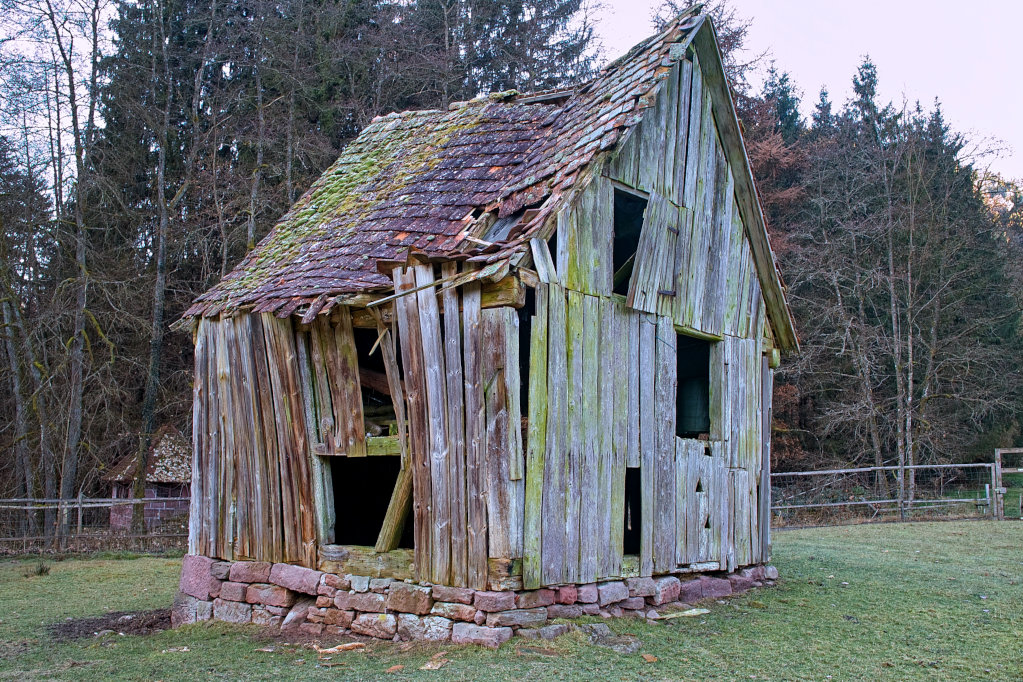 Sitzt wackelt und hat Luft - Schiefe Hütte im Schwarzwald