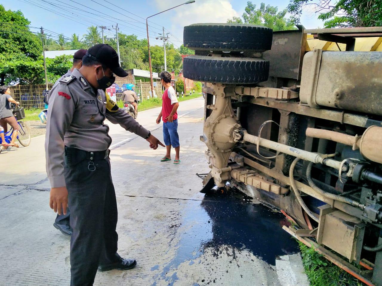 Roda Belakang Lepas, Truk Bermuatan Batu Terguling di Purbalingga