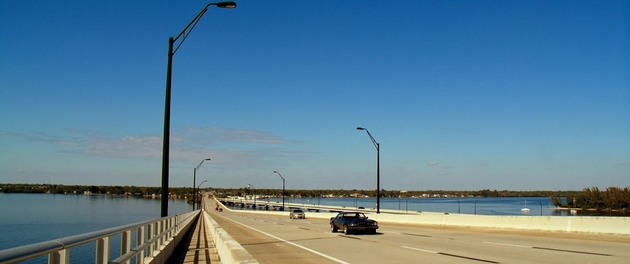 Sobre el Caloosahatchee River en el Edison Bridge hacia North Fort Myers