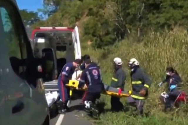 Duas pessoas ficam feridas após caminhão tombar com melancias na BA-263, em Conquista