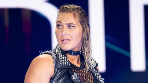 نجم سابق في WWE يشبه ريا ريبلي ب جون سينا القادم