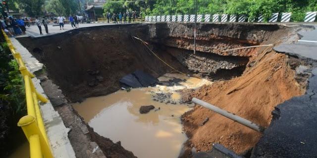 Banjir Dan Longsor Di Daerah Ini Membuat Akses Jalan Utama Menjadi Terputus