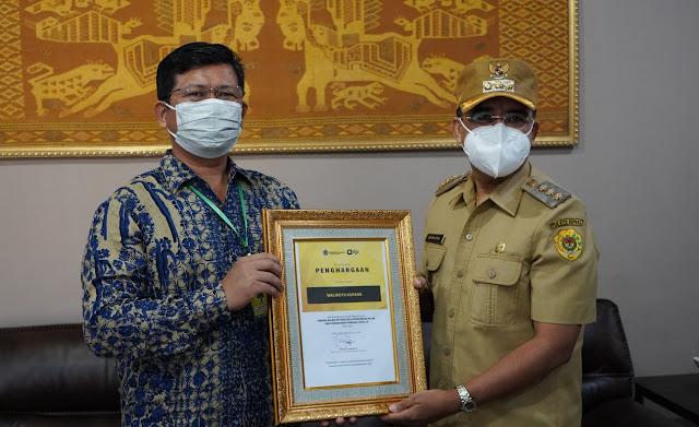Jefirstson Riwu Kore Terima Piagam Penghargaan dari Ditjen Pajak Kanwil DJP Nusa Tenggara.lelemuku.com.jpg