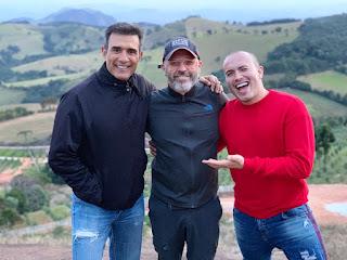 Marcos Pasquim, Leonardo Bueno e Júnior Pacheco paisagem em cidade de Minas