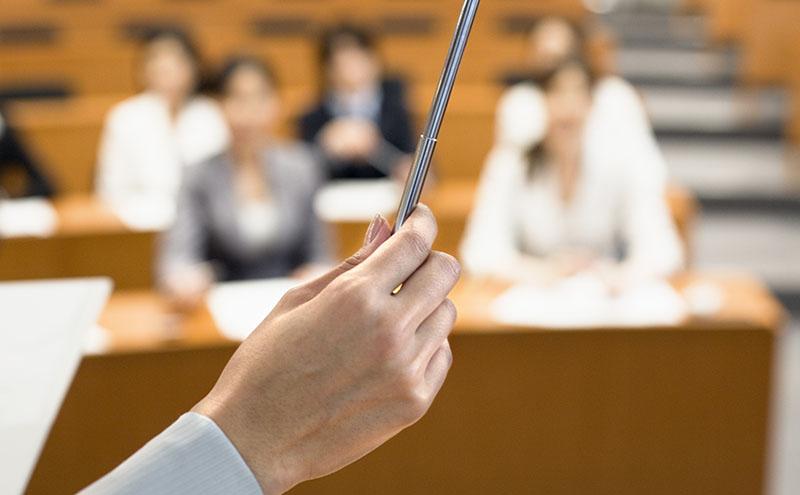 рука лектора с указкой