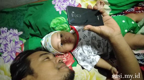 mengasuh bayi dengan gawai