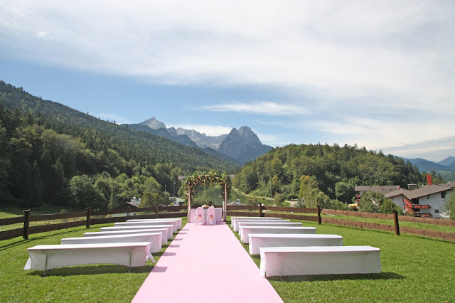 Trauung unter freiem Himmel auf der Bergwiese - Peach & Pastell, Pfirsich, Rosa und Pastell, Sommerhochzeit im Riessersee Hotel Garmisch-Partenkirchen, Bayern, Wedding in Bavaria, Germany, lake side summer wedding