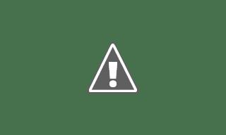 Fotografía de una joven acompañando a un joven en silla de ruedas de paseo