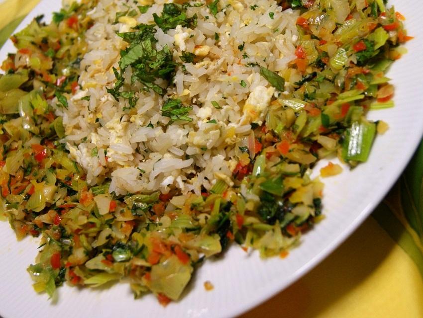 Ryż smażony z jajkiem i warzywami