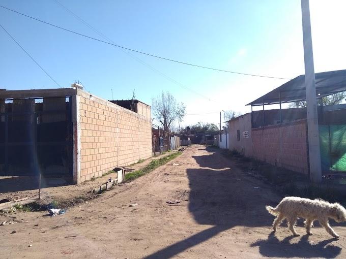 Amenazas a vecinos en Costa Esperanza y un terrible video de un ataque a tiros a un joven que pelea por su vida y lo balearon delante de sus hijos