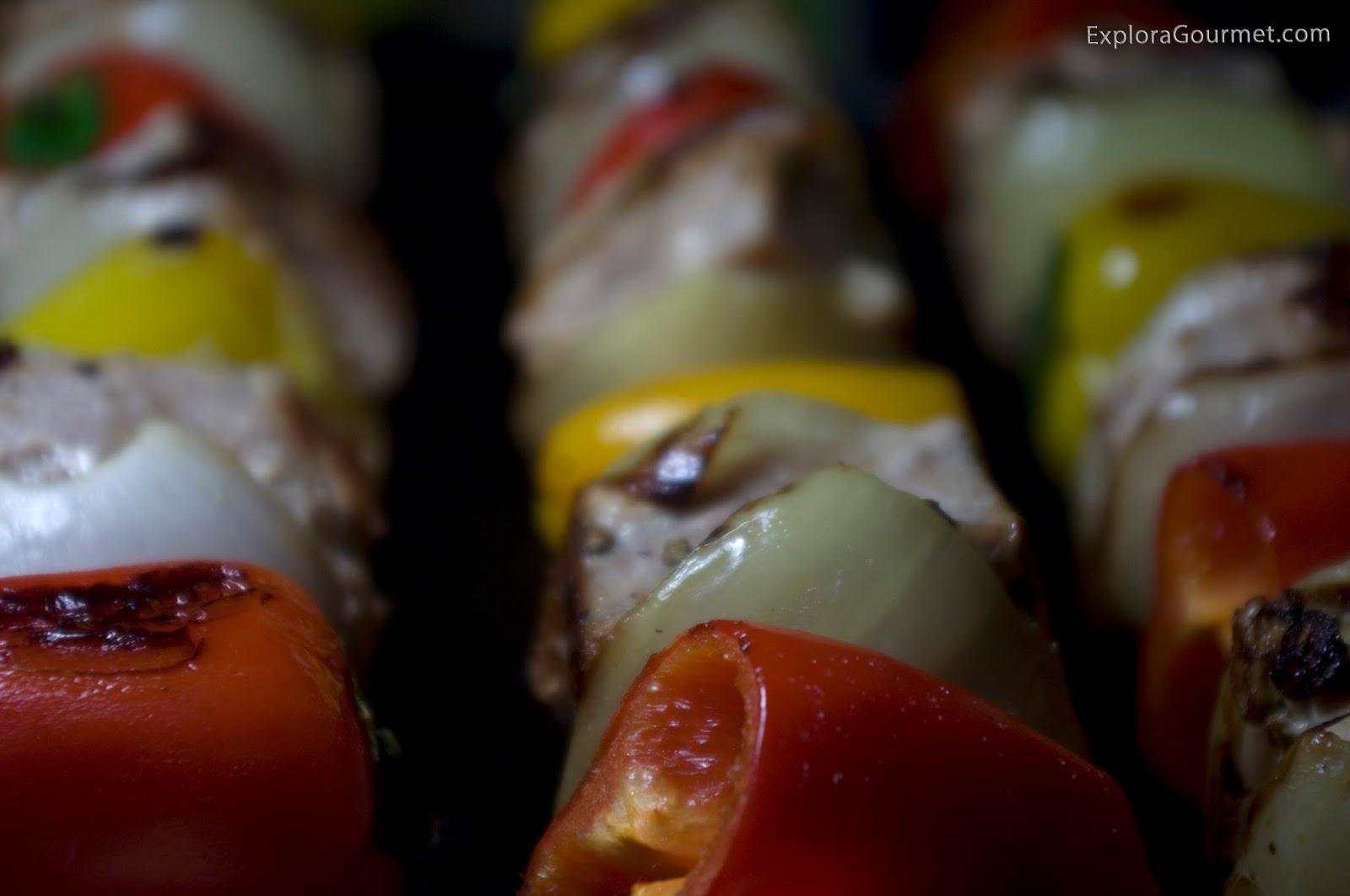 Brocheta de atún con pimientos y cebolla