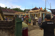 Bhabinkamtibmas Desa Benete Sumbawa Barat Gotong Royong Bersama Warga Merehab Mushola