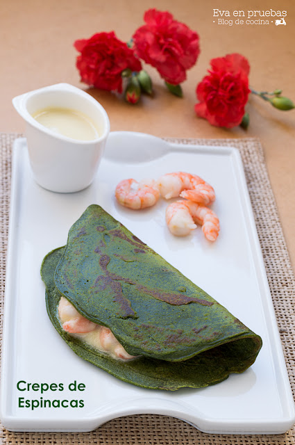 Deliciosos crepes de color verde hechos con espinacas y gambas.