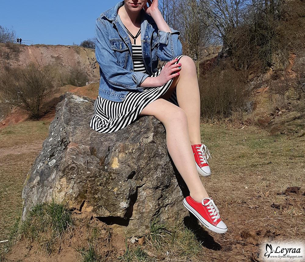 Rozkloszowana sukienka w paski, katana jeansowa, ozdobne ramiączka do stanika, czerwone trampki