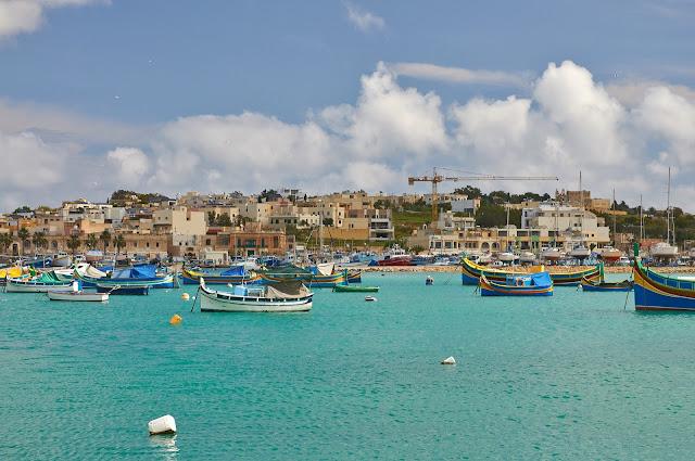 wioska rybacka na Malcie Marsaxlokk, kolorowe łodzie luzzu
