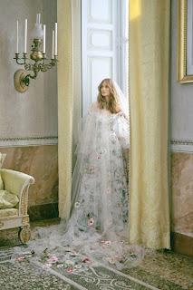 فستان من  Monique Lhuillier