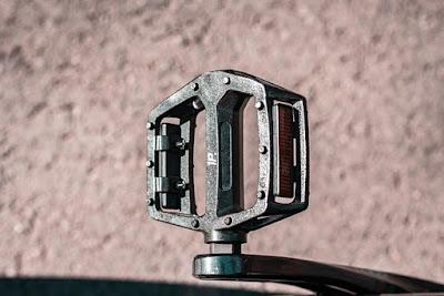cara pasang pedal sepeda