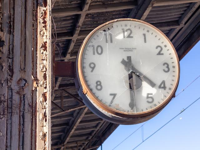 reloj de estación, reloj parado, tiempo detenido, estación, estación Algodor, paso del tiempo
