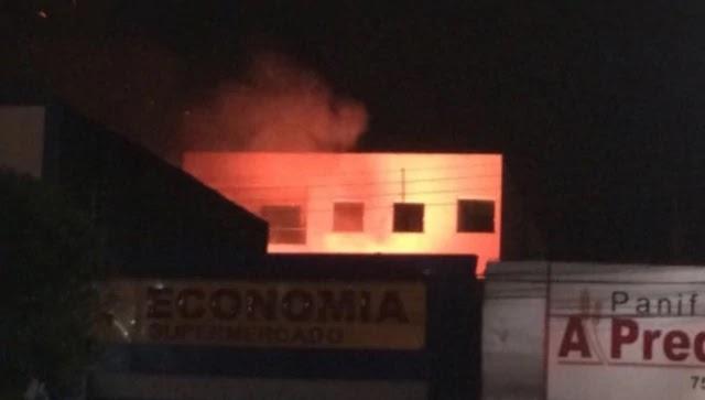 Um incêndio atingiu os fundos de um supermercado na Praça José Leão dos Santos, centro comercial de Ipirá, na noite desta segunda-feira (09).