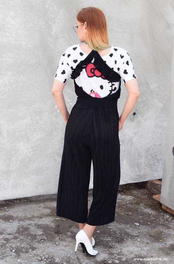 Ü40 Outfit Idee mit Jumpsuit in Schwarz aus Plissee