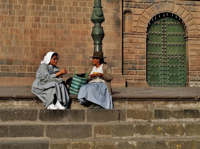 Nativas Inca e Católica, em Cusco no Peru.