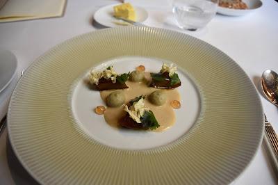 Artichauts rôtis, gel de sakura et sauce barigoule restaurant le Gabriel (8 ème).