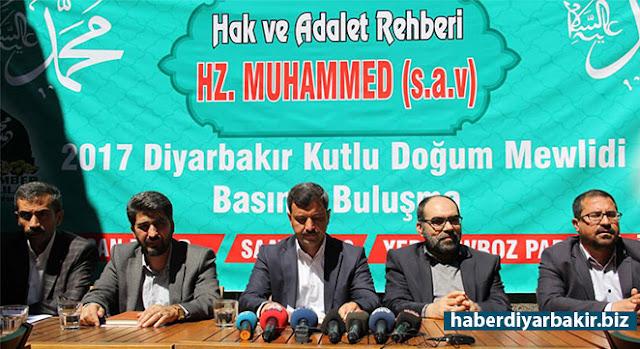 """DİYARBAKIR-Peygamber Sevdalıları Platformu, Diyarbakır'da basın mensuplarıyla kahvaltıda bir araya gelerek, pazar günü Newroz Parkı Miting Alanı'nda düzenlenecek olan, """"Hak ve Adalet Rehberi Hz. Muhammed (sav)"""" temalı Kutlu Doğum Mevlidi hakkında bilgilendirmede bulunundu."""