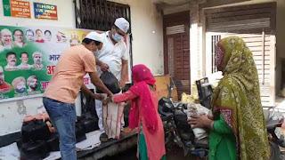 सासाराम:-भाजपा के अल्पसंख्यक मोर्चा के कार्यकर्ताओं ने गरीबों के बीच अनाज वितरण।