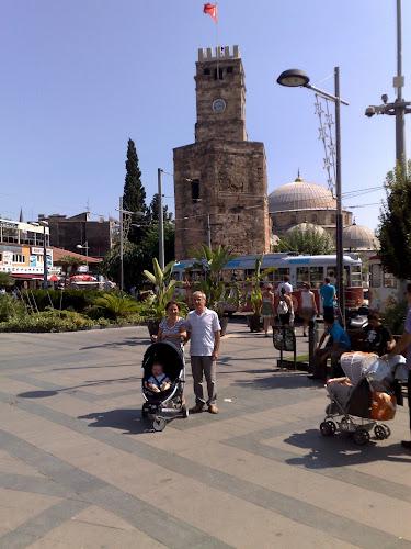 Antalya saat kulesi önünde dolaşırken
