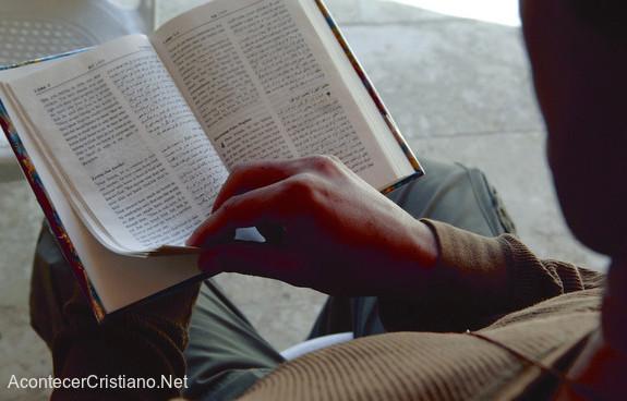 Hombre leyendo Biblia en árabe en Arabia Saudita