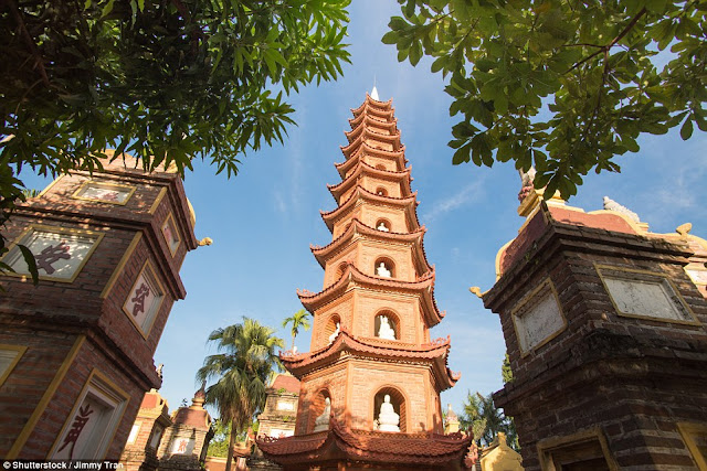 Changquoc Pagoda, located on the small West Lake Peninsula, is the oldest in Hanoi. It is over 1500 years old.