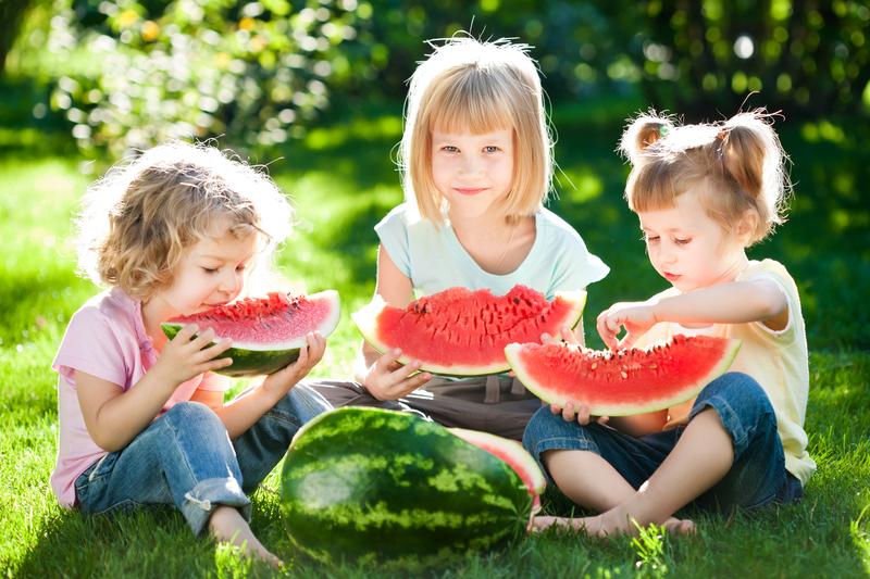 Crianças a comer melancia