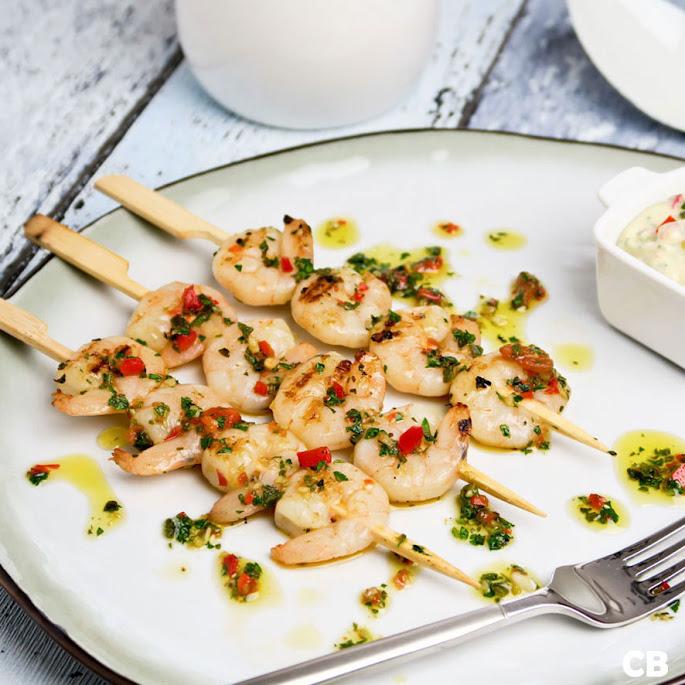 Recept: zo maak je zelf garnalenspiesjes met chimichurri