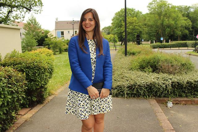 robe zara à motif, veste bleu, pochette jonak