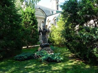 Микільське. Свято-Успенський Миколо-Василівський монастир. Скульптура