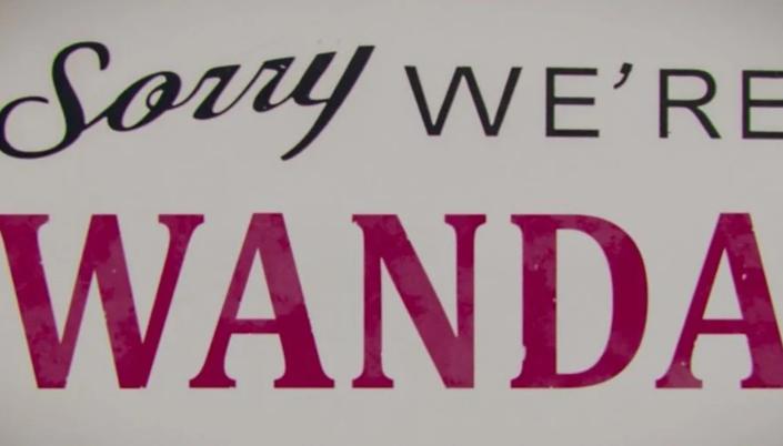 """Uma placa escrito """"sorry we're"""" escrito em preto e abaixo """"Wanda"""" escrito em vermelho."""