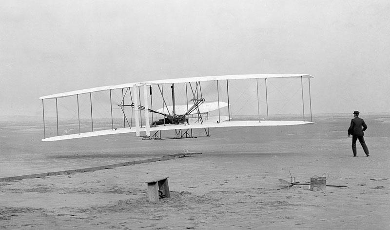 Первый полёт Флайера-1 17 декабря 1903 года, пилотирует Орвилл Райт. Фотография Джона Т. Дэниелса (Библиотека Конгресса США)